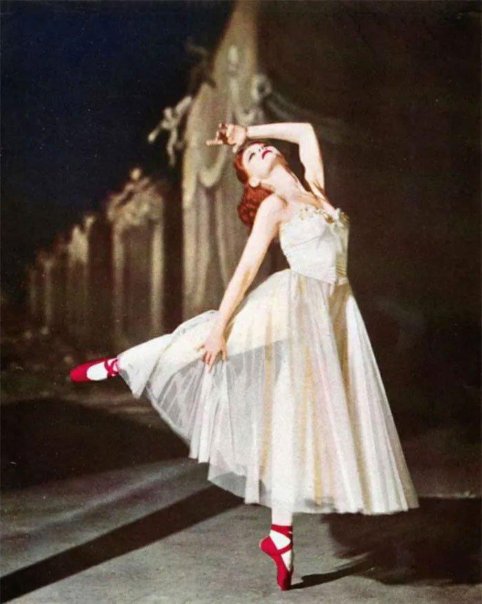 Sự cố đôi giày đỏ châu Âu: 400 người không ngừng nhảy và chết đi vì kiệt sức, nguyên nhân do đâu?