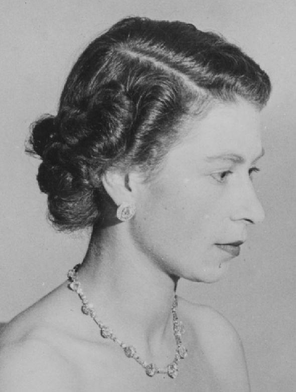 Sự thật bất ngờ về chiếc vòng cổ kim cương đẹp nhất của Nữ hoàng Anh
