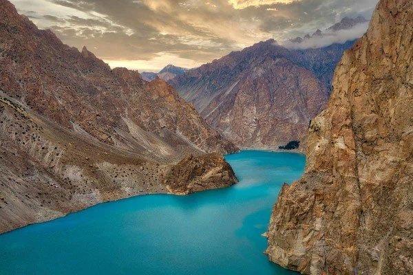 Sự thật đằng sau hồ nước xanh ngắt đẹp như tranh vẽ ở Pakistan