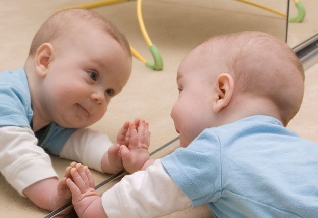 Sự thật ít ai biết khi trẻ lần đầu nhìn vào gương