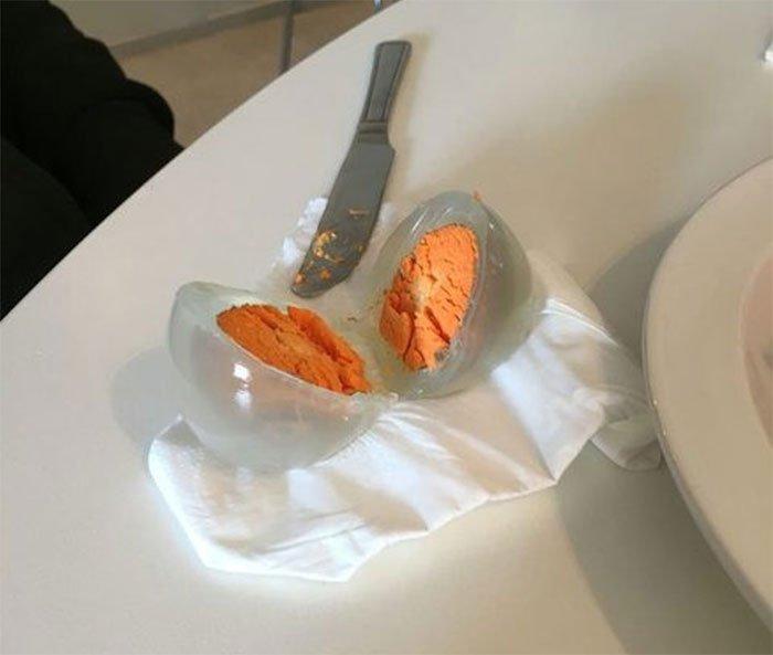 Sự thật về quả trứng trong suốt với lòng đỏ màu cam khiến cộng đồng mạng kinh ngạc