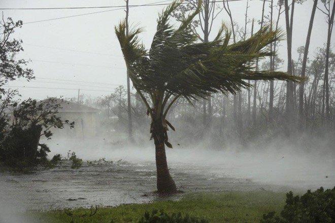 Sức gió tới 300km/h, siêu bão quái vật Dorian vẫn hầu như đứng yên