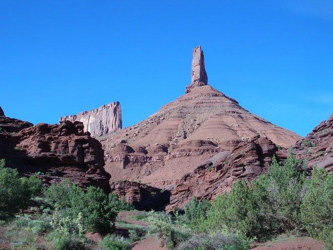 Tại Mỹ, có một cột đá cao 120 mét đung đưa khi gặp động đất và gió lớn