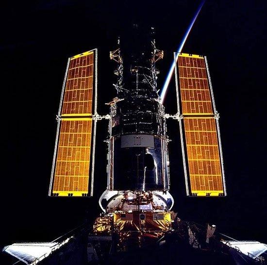 Tại sao các tấm pin mặt trời trên trạm ISS có màu vàng thay vì màu đen hay xanh trên Trái Đất?
