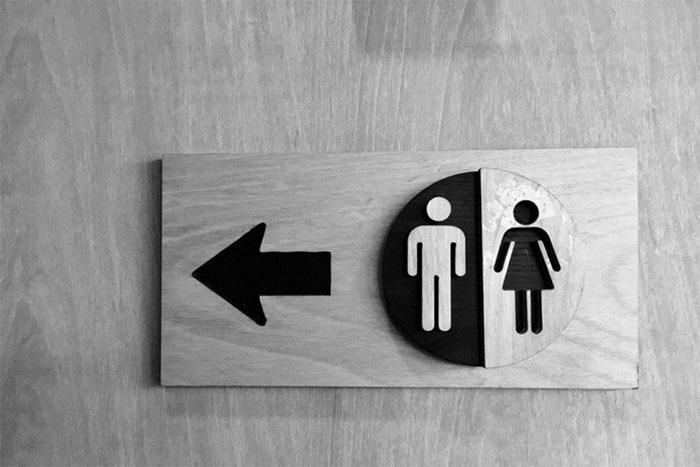 Tại sao chúng ta lại... muốn đi tiểu khi đứng gần phòng vệ sinh?