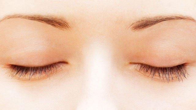 Tại sao chúng ta nhìn thấy các màu sắc khác nhau khi nhắm mắt?