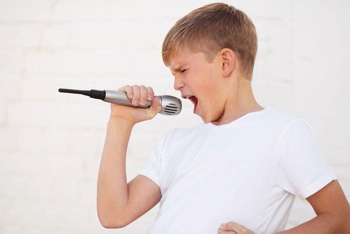 Tại sao con trai lại vỡ giọng khi dậy thì?