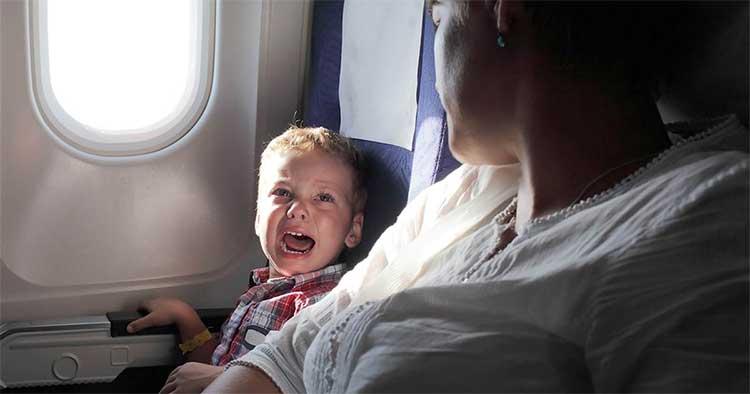 Tại sao em bé thường khóc trên máy bay?