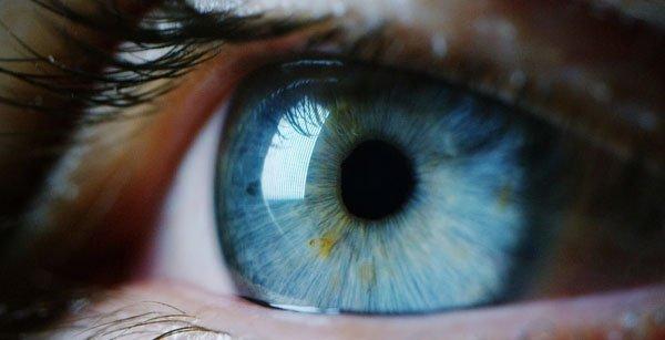 Tại sao mắt lại bị cay rát khi vừa mới thức dậy?