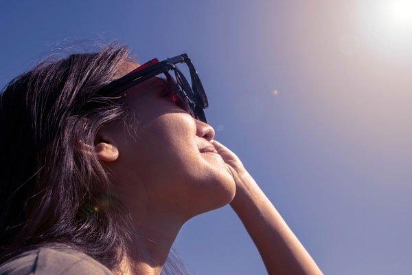 Tại sao Mặt trời lại có màu trắng vào buổi trưa và màu đỏ khi bình minh và hoàng hôn?