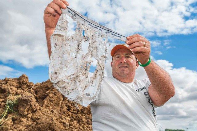Tại sao người nông dân chôn quần lót dưới đất ruộng?