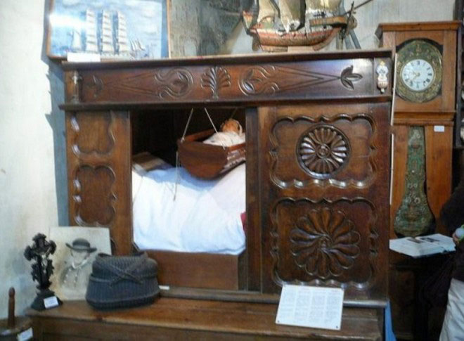 Tại sao nhiều người Châu Âu thời Trung cổ lại ngủ trong những chiếc giường hộp?