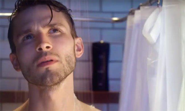 Tại sao rèm tắm cứ bám dính vào người bạn?