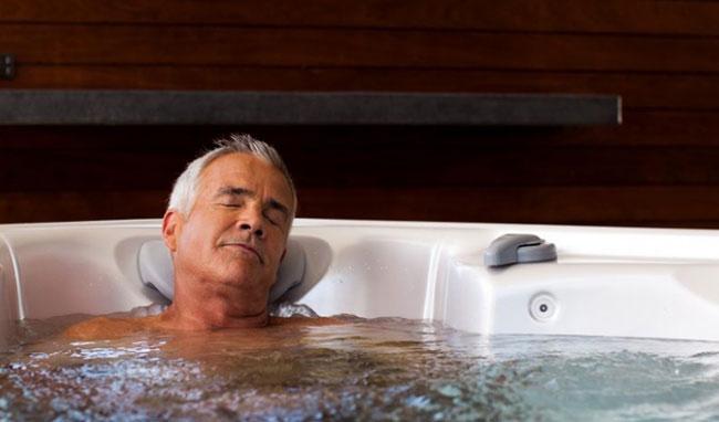 Tắm nước nóng khi trời lạnh có thể gây vô sinh, giết tinh trùng và lý giải của chuyên gia