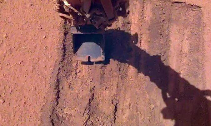 Tàu đổ bộ sao Hỏa tắm cát để làm sạch bụi