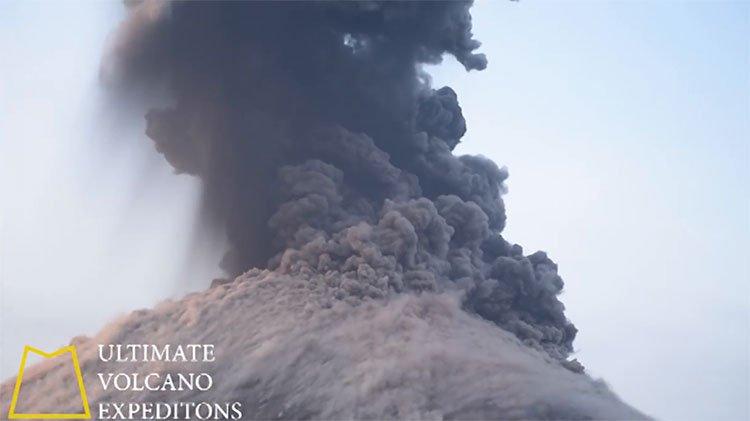 Tàu du lịch suýt trúng bom dung nham từ núi lửa
