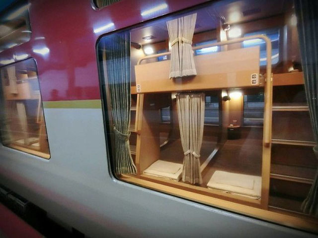 Tàu hỏa xuyên đêm ở Nhật Bản: Bên ngoài cũ kĩ đơn sơ, bên trong nội thất tiện nghi bất ngờ
