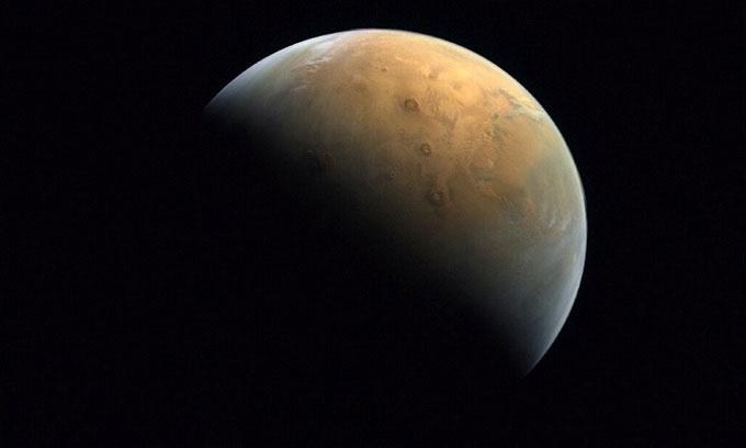 Tàu UAE chụp ảnh núi lửa lớn nhất Hệ Mặt trời