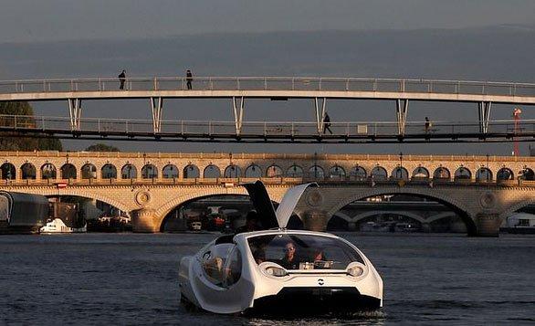 Taxi bay chở khách trên sông Seine