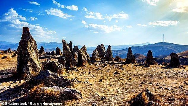 Thạch trận kỳ bí 7.500 năm: Chiêm tinh đài hay lăng mộ?