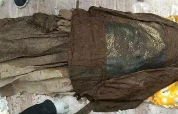 Thảm cảnh 4 thi thể nữ nằm quanh quan tài, 2 người trong đó không mảnh vải che thân