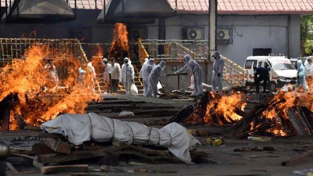 Thảm cảnh ở Ấn Độ khiến thế giới rùng mình: Người chết nằm la liệt, dàn hỏa thiêu hoạt động hết công suất