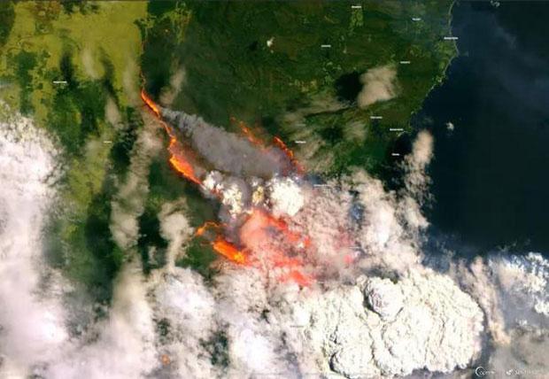 Thảm hoạ cháy rừng kinh hoàng khiến bầu trời Australia chuyển màu đen kịt như mực ngay giữa trưa