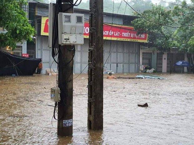 Thành phố Lào Cai chìm trong biển nước, nhiều nhà, ô tô bị ngập sau trận mưa lớn
