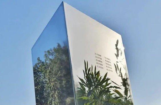 Thêm khối kim loại cao 7m xuất hiện ở Ấn Độ
