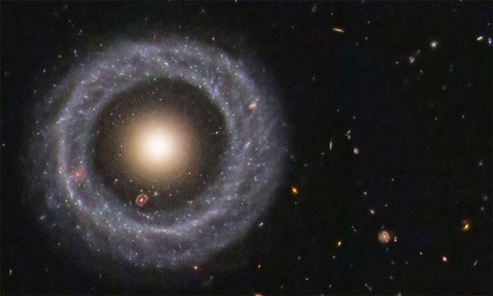 Thiên hà vòng cách Trái đất 600 triệu năm ánh sáng