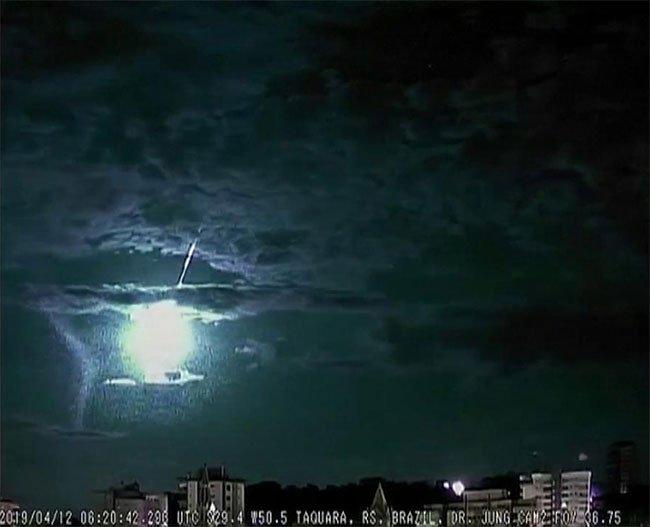 Thiên thạch bị thiêu cháy thắp sáng bầu trời Brazil
