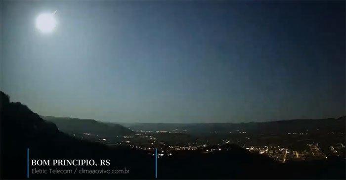 Thiên thạch tốc độ 60.900km mỗi giờ lao qua bầu trời
