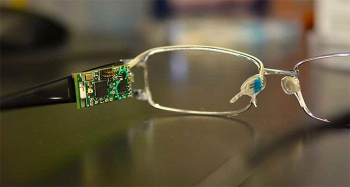 Thiết bị cảm biến sinh học trên gọng kính giúp kiểm soát đường huyết