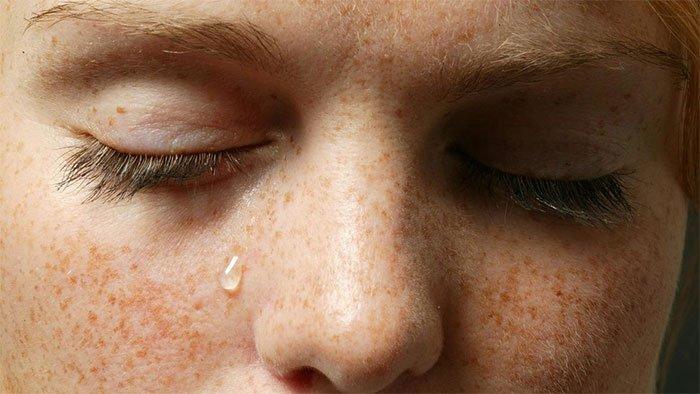 Thiết bị cảm ứng đeo bên người theo dõi sức khoẻ qua nước mắt