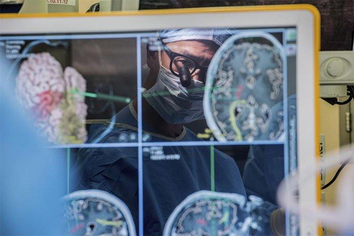 Thiết bị chạm vào sóng não giúp người bị liệt giao tiếp
