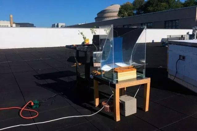Thiết bị hút ánh sáng mặt trời để tạo ra hơi nước siêu nóng