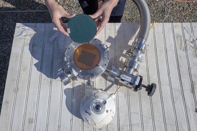 Thiết bị vừa hấp thu ánh sáng Mặt Trời để tạo điện, vừa bắn thẳng nhiệt thừa ra ngoài vũ trụ