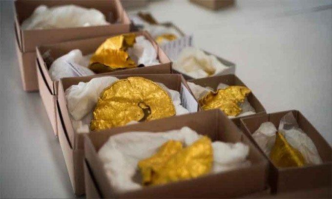 Thợ dò kim loại phát hiện kho báu vàng 1.500 năm