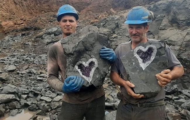 Thợ mỏ Uruguay phát hiện thạch anh tím hình trái tim hiếm có