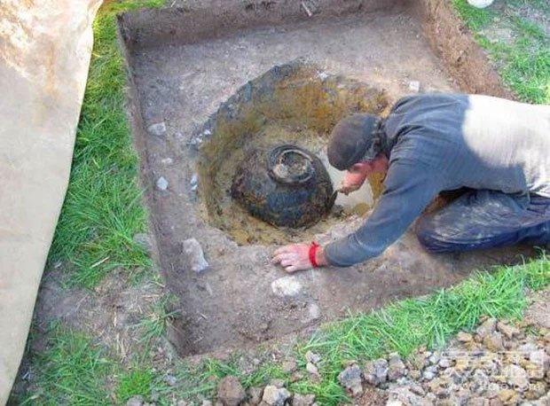 Thợ săn kho báu tìm thấy cái chum cũ trên cánh đồng: Đập vỡ cạnh chum, nhận ra kho báu 1 triệu đô