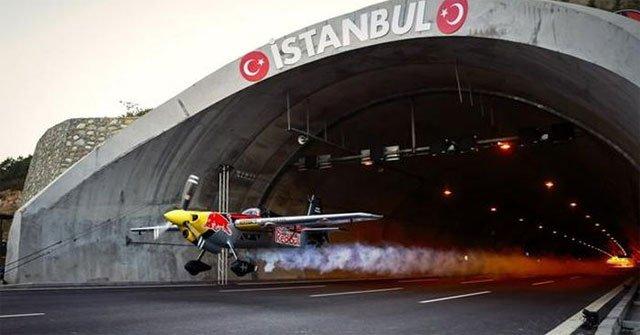 Thót tim với màn biểu diễn mạo hiểm máy bay chui qua đường hầm ở Thổ Nhĩ Kỳ