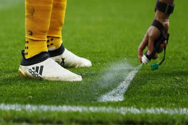 Thứ bột trắng mà cầu thủ Malaysia bốc lên định qua mặt trọng tài là gì?
