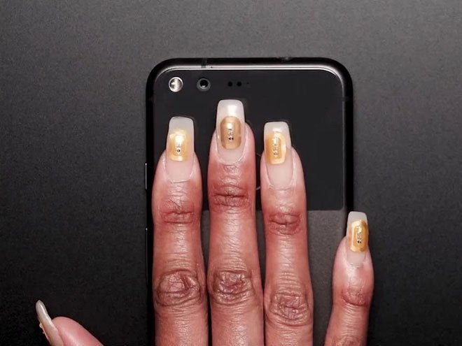 Tiệm làm móng ở Dubai giới thiệu vi chip gắn trên móng tay có chức năng lưu trữ dữ liệu