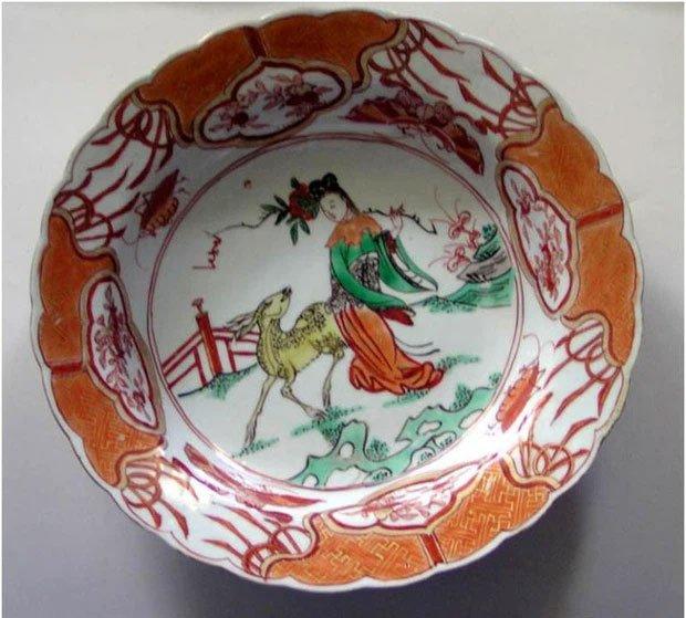Tiên nữ bê đĩa đào là ai? Truyền thuyết gắn liền với chiếc đĩa sứ cô tiên nhà nào cũng có!