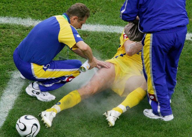 Tìm hiểu về bình xịt giúp cầu thủ giảm đau sau va chạm trên sân