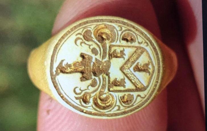 Tìm thấy nhẫn cổ 500 năm tuổi trong khu đất bỏ hoang
