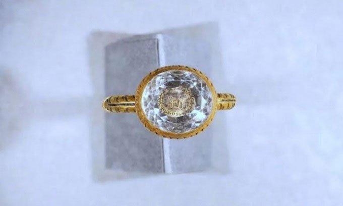 Tìm thấy nhẫn vàng nạm pha lê 370 năm tuổi của bá tước Anh