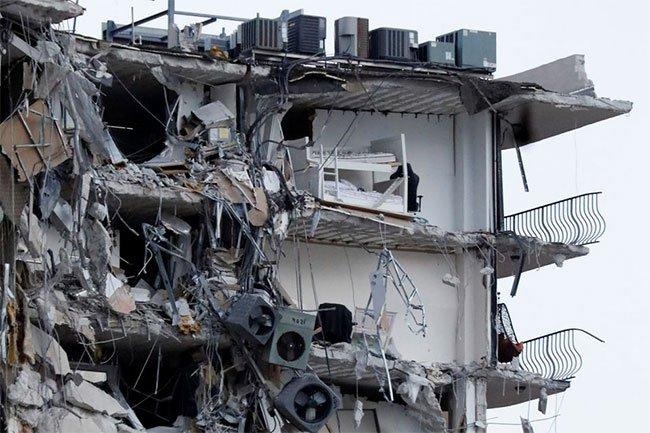 Tòa nhà 12 tầng tại Mỹ đổ sập kinh hoàng khiến hơn 100 người chết, bị thương và mất tích
