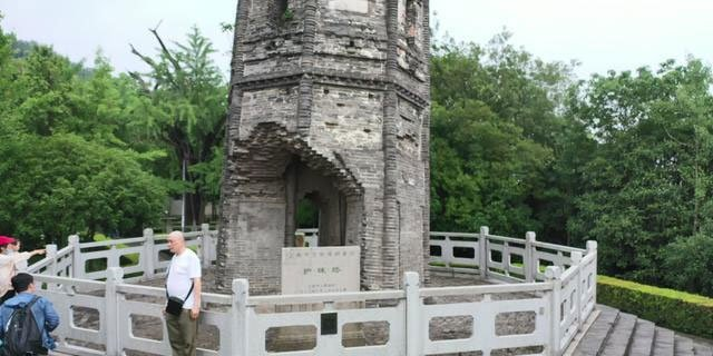 Tòa tháp nghiêng vẹo 7 độ, chân tháp bị phá hủy, nhưng tồn tại 1.000 năm