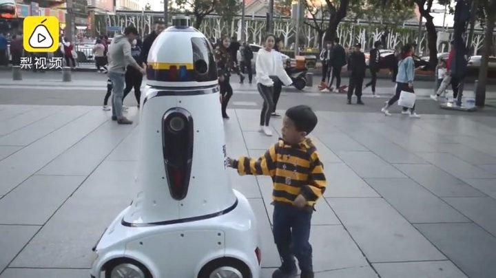 Trung Quốc lần đầu đưa robot cảnh sát đi tuần tra, ai cũng sợ nhưng đều tin tưởng